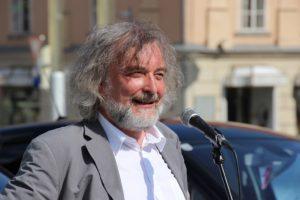 Grüner Stadtrat Frank Frey begrüßt die Gäste