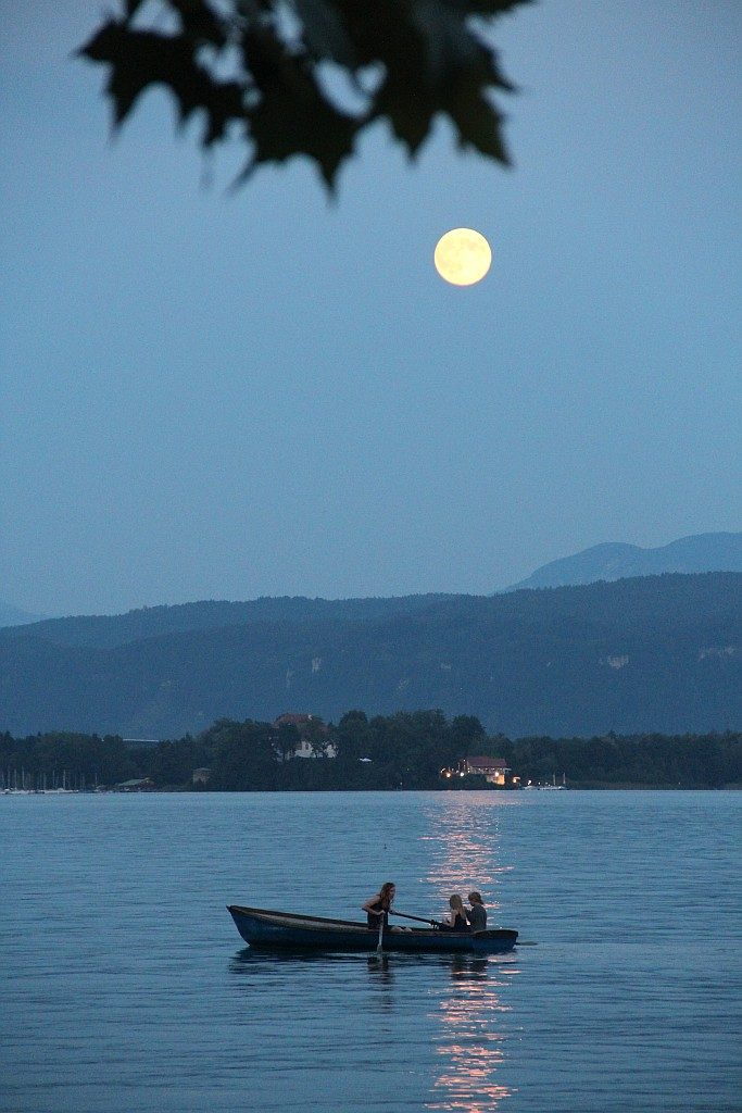 Bootsfahrt im Mondschein